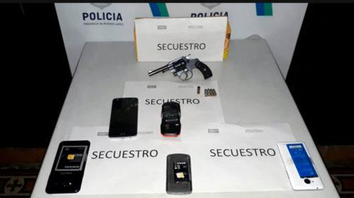 Allanan una vivienda y secuestran celulares y un arma de fuego