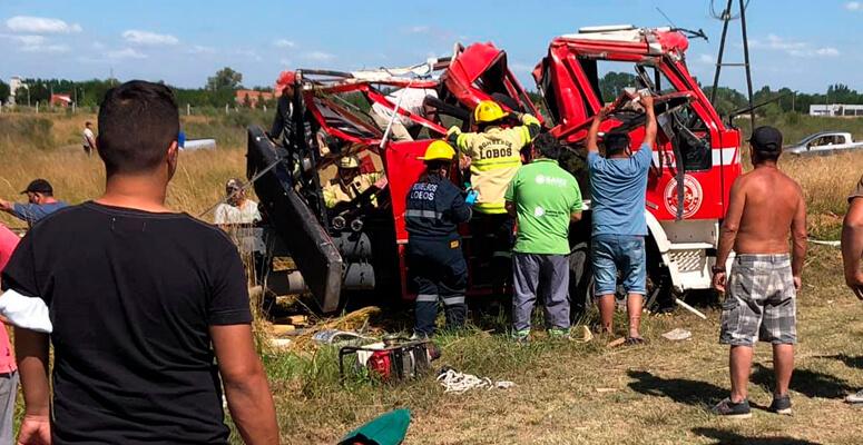 Rescate de bomberos accidentados tras volcar en autobomba.
