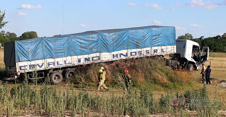 Camión sobre montículo de tierra.