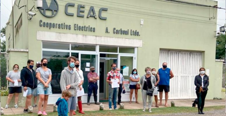 Vecinos de Uribelarrea reclamado ante las oficinas de la Cooperativa