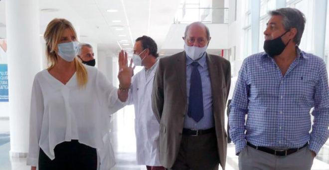 Marisa Fassi junto a las autoridades de la UCES recorriendo el hospital regional.