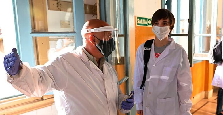 Los docentes y no docentes serán inoculados con la vacuna Sinopharm
