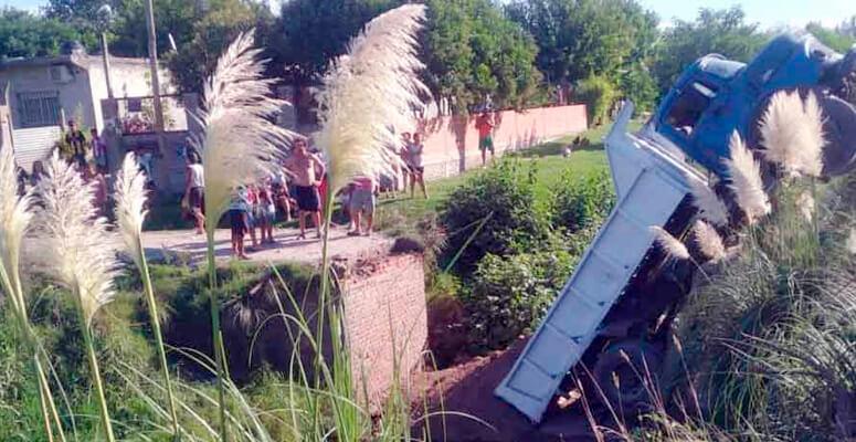 El camión que provocó la caída del puente.