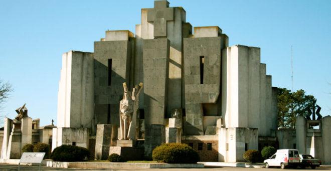 Pórtico del cementerio de Azul creado por el arquitecto italiano Francisco Salamone