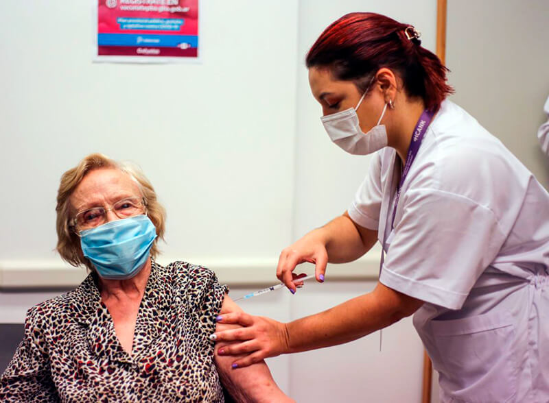 Elsa siendo vacunada en el Hospital Regional.