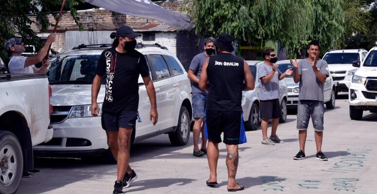 Gremialistas en Udaondo, frente a las oficinas de Mayol