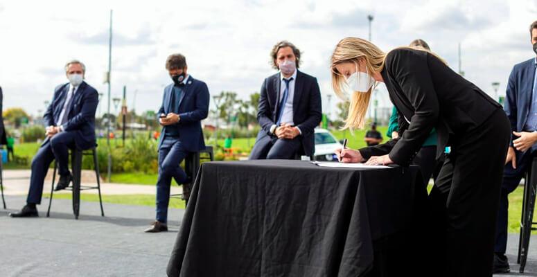 Marisa Fassi firmando convenio.