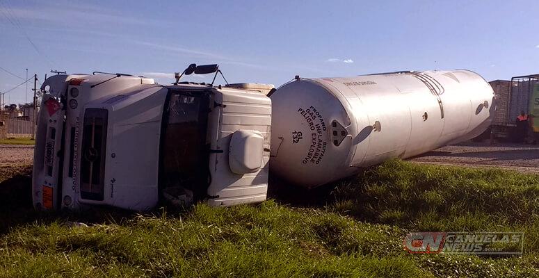 Un camión cargado con gas volcó en la entrada  a la planta Extra Gas