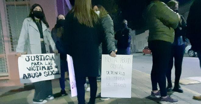 Protesta en contra de un kinesiologo por abuso