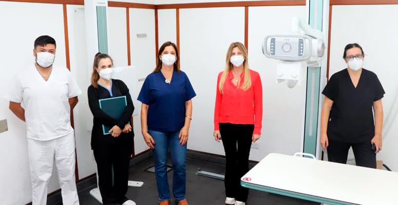 Marisa Fassi junto a personal de salud del Marzetti