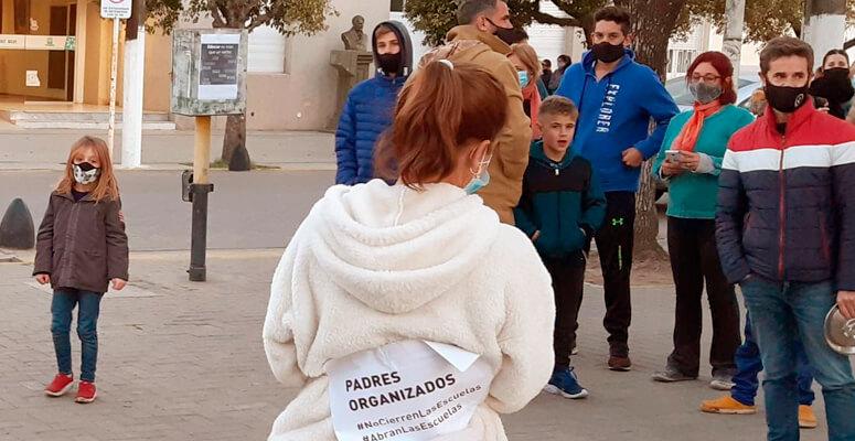 Clases: protestas frente a la Municipalidad