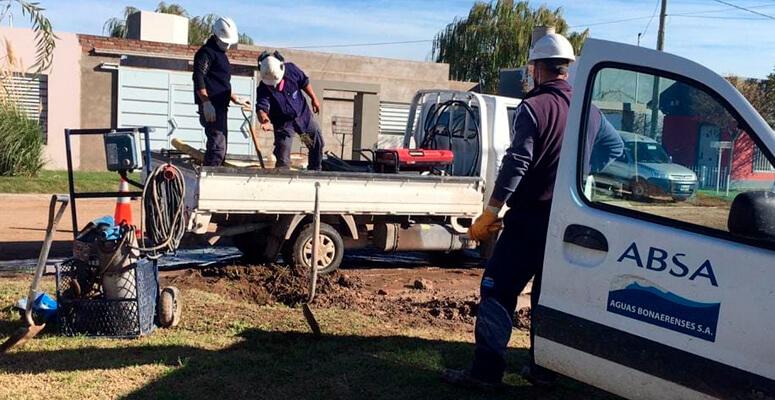 Trabajadores de ABSA realizando perforaciones.
