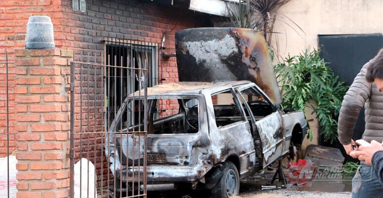 Explosión e incendio de un auto dentro de una vivienda