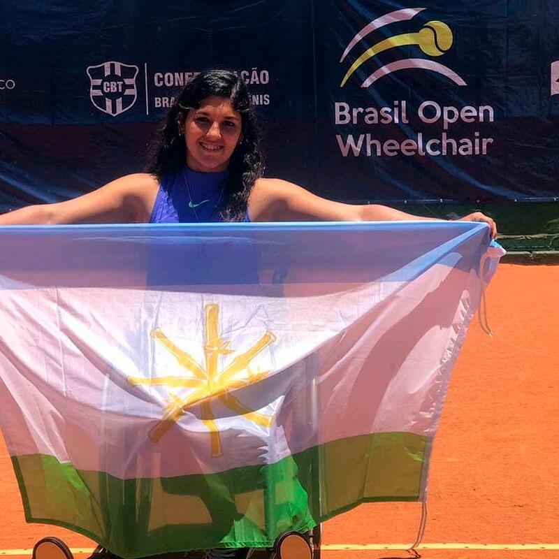 Florencia Moreno con la bandera de Cañuelas