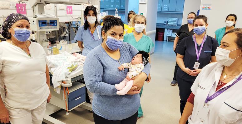 Sofía junto a su mamá y el personal del hospital regional