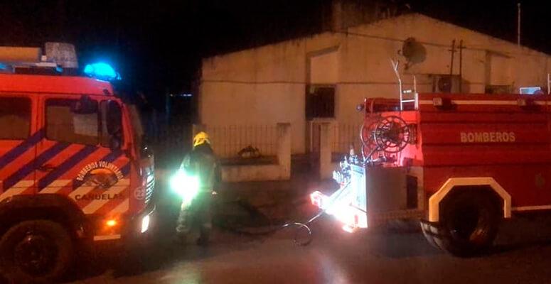 Bomberos de Petión durante las tareas para sofocar el incendio.