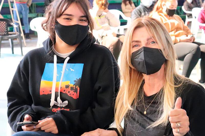 Marisa Fassi junto a una de las primeras chicas en recibir la vacuna.