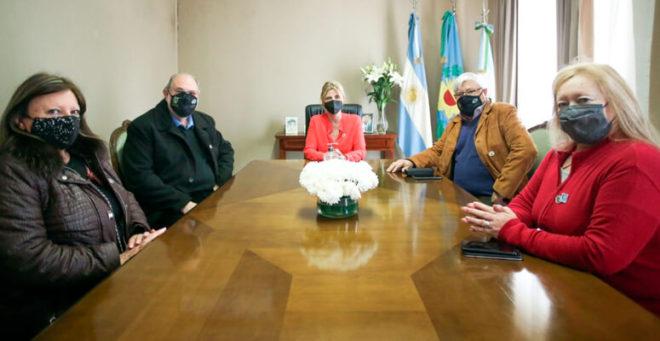 La intendenta Fassi junto a los directivos del Club de Leones.