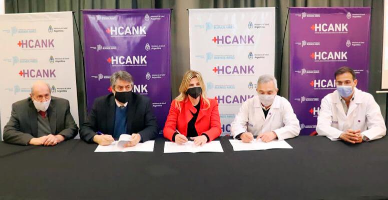 Autoridades durante la firma de convenio entre la UCES y el hospital regional