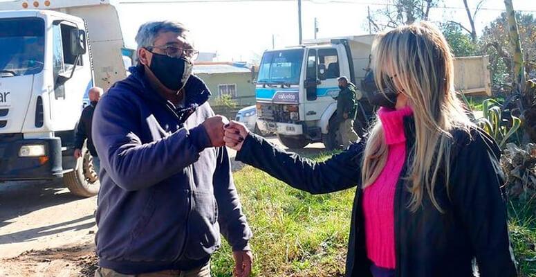 Marisa Fassi junto a un trabajador del corralón municipal.