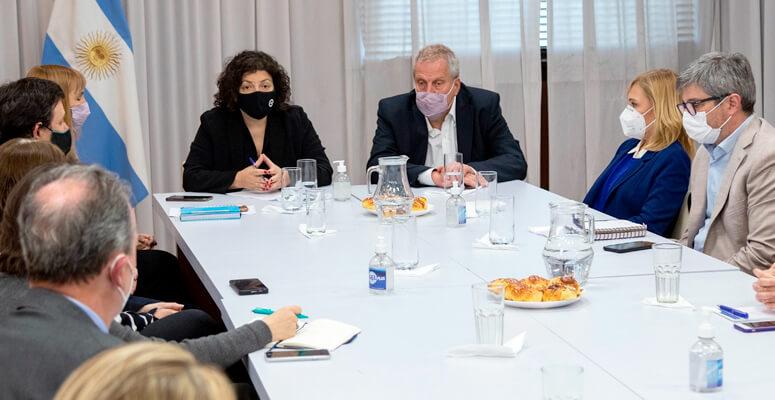 Vizzotti y Perzcyk junto a miembros de la Sociedad Argentina de Pediatría