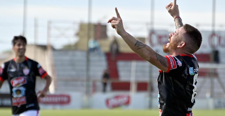 Mauro Frattini festejando el primer tanto del partido.